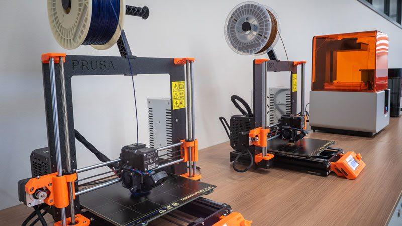 Les imprimantes utilisent du filament fait au Québec et qui est recyclable et compostable.