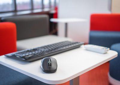 Projecteur interactif et ordinateur NUC