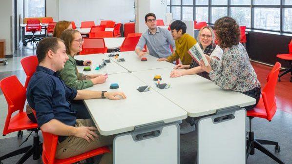 Les tables sont faciles à déplacer afin de varier le nombre d'étudiants par équipe.