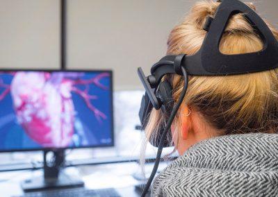 Elle étudie le fonctionnement du cœur avec l'Oculus Rift.