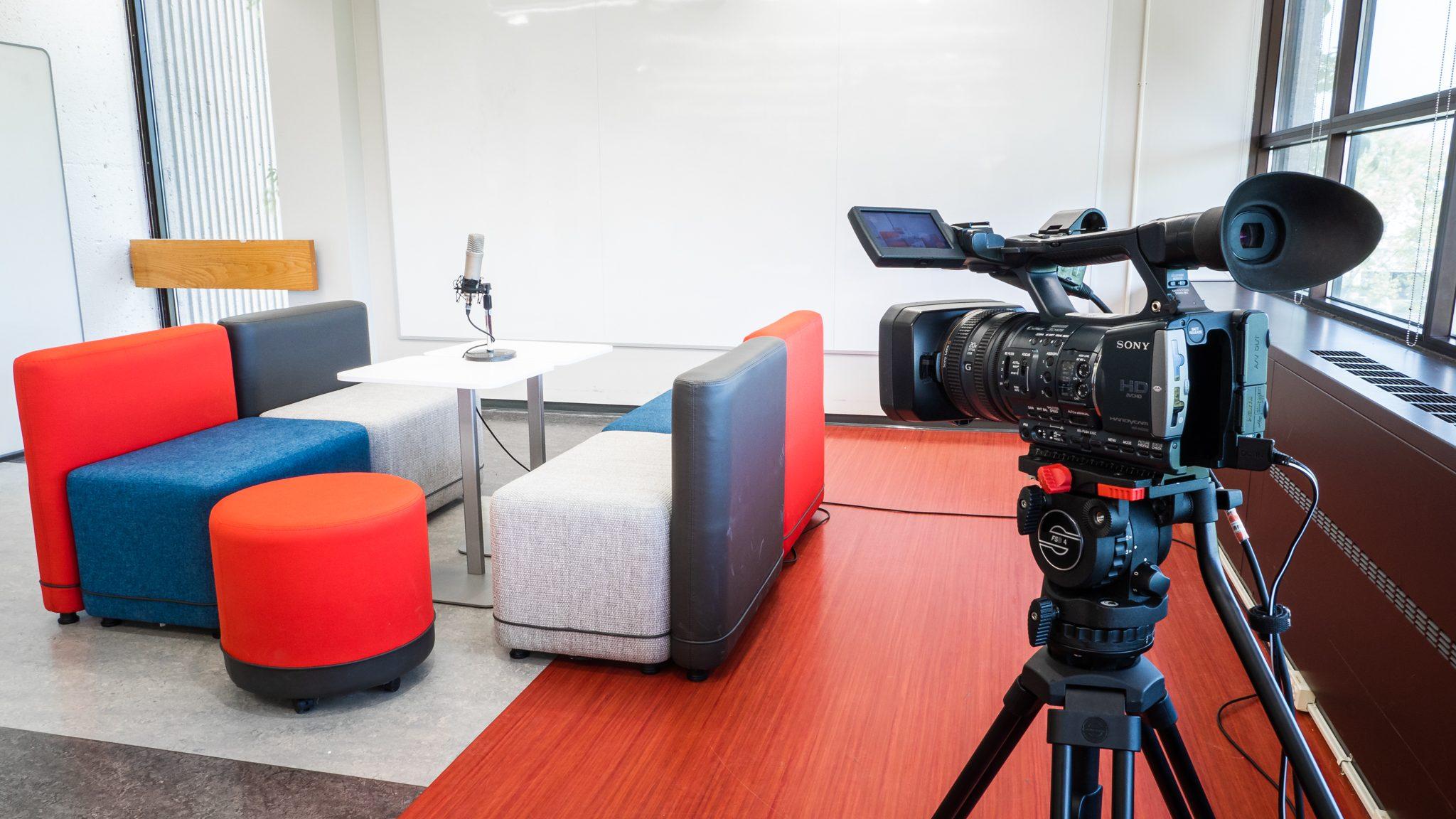 La caméra vidéo peut être utilisée pour filmer une scène et ensuite la visionner afin d'apprendre à s'améliorer en communication.