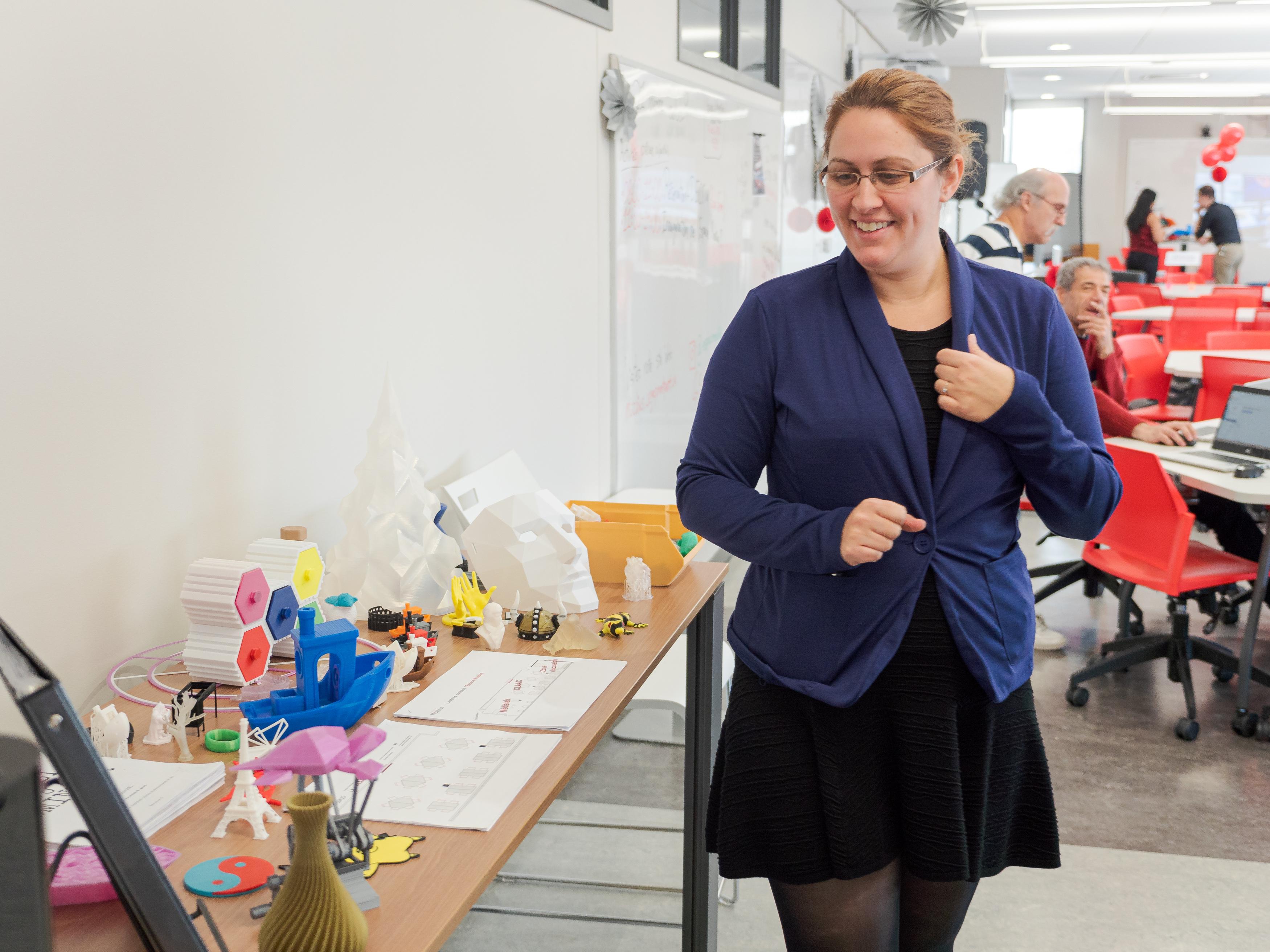 Eve, conseillère pédagogique de la direction des études, découvre les modèles 3D.