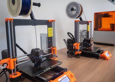 Imprimantes tridimensionnelles de technologies FFF (FDM) et SLA.