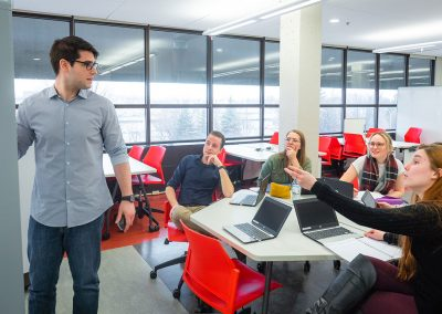 Le tableau blanc mobile permet à chaque équipe d'approfondir des concepts.