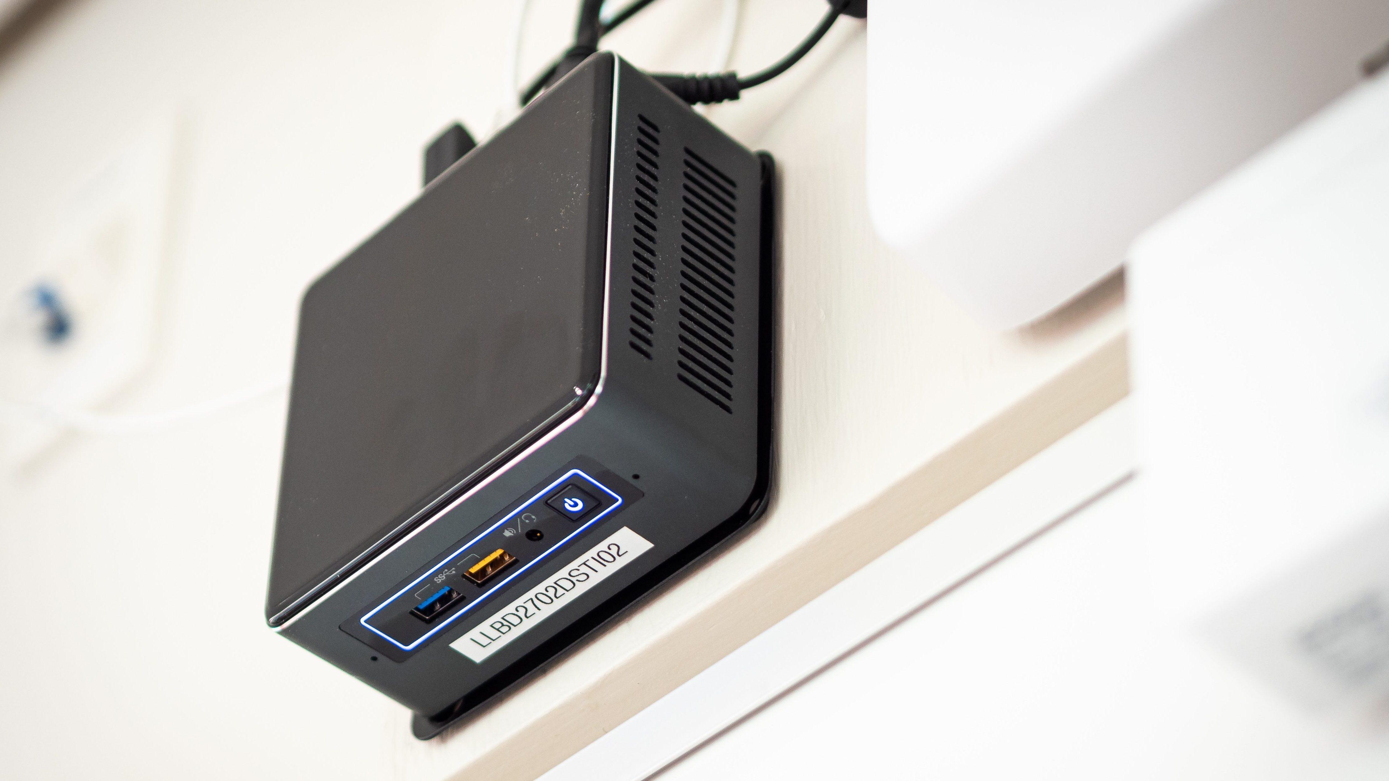 Petit ordinateur relié au projecteur interactif Epson 695wi.