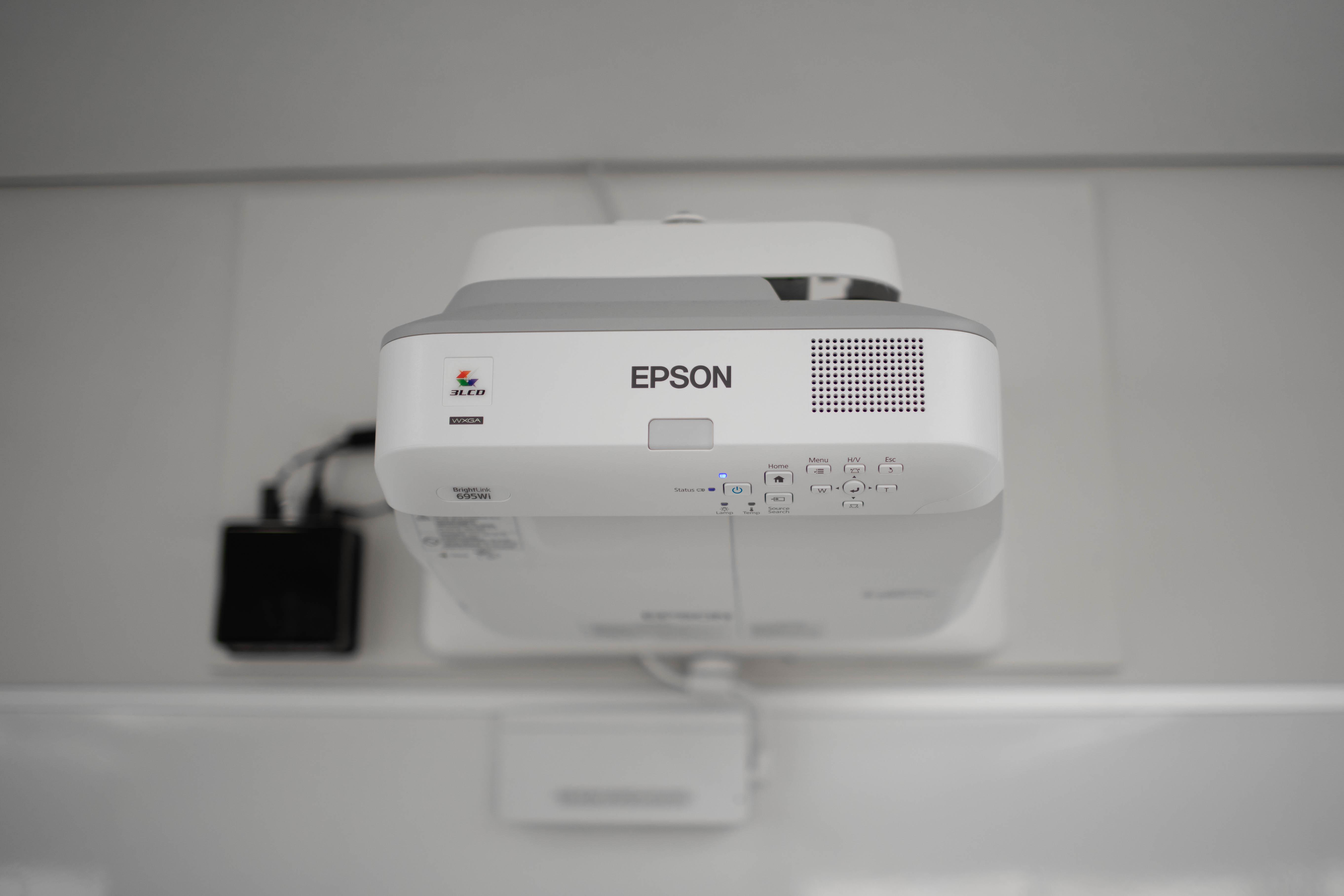 Projecteur interactif Epson 695wi et un petit ordinateur fixés au mur de la CLAAC
