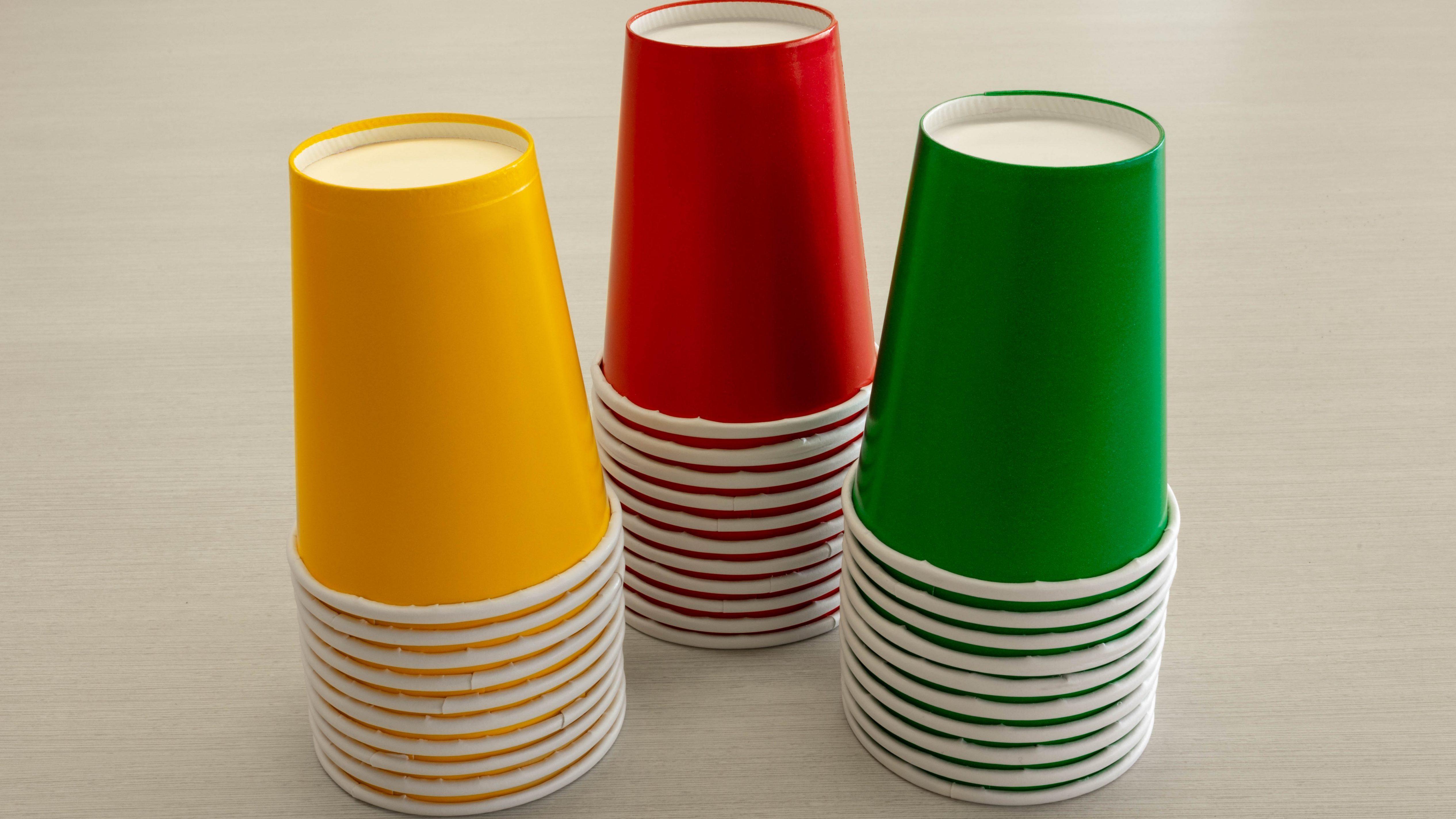 Verres vert, jaune et rouge. Ils permettent au professeur de repérer rapidement les équipes qui ont besoin d'aide.