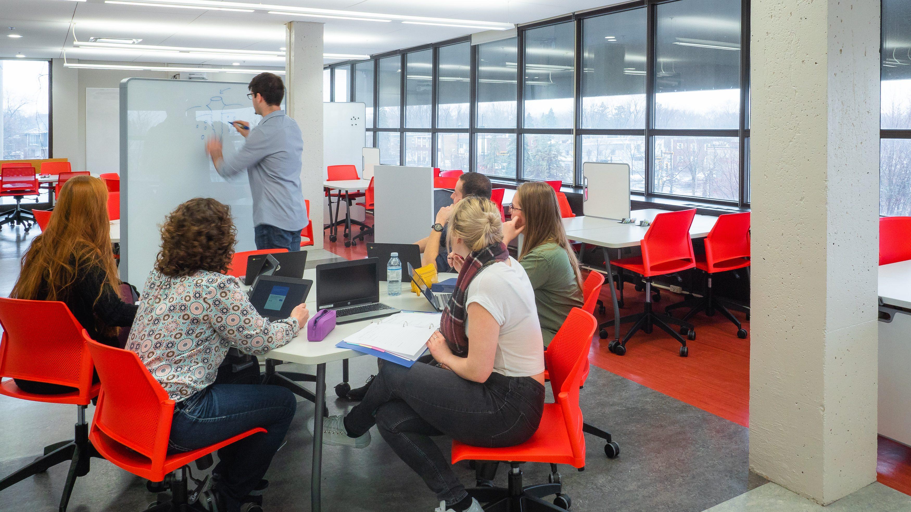 L'étudiant trace des composants afin de préciser l'idée de projet à ses collègues
